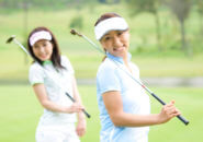 ゴルフクラブを持つ女性たち