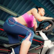 サイクリングマシンに乗る女性