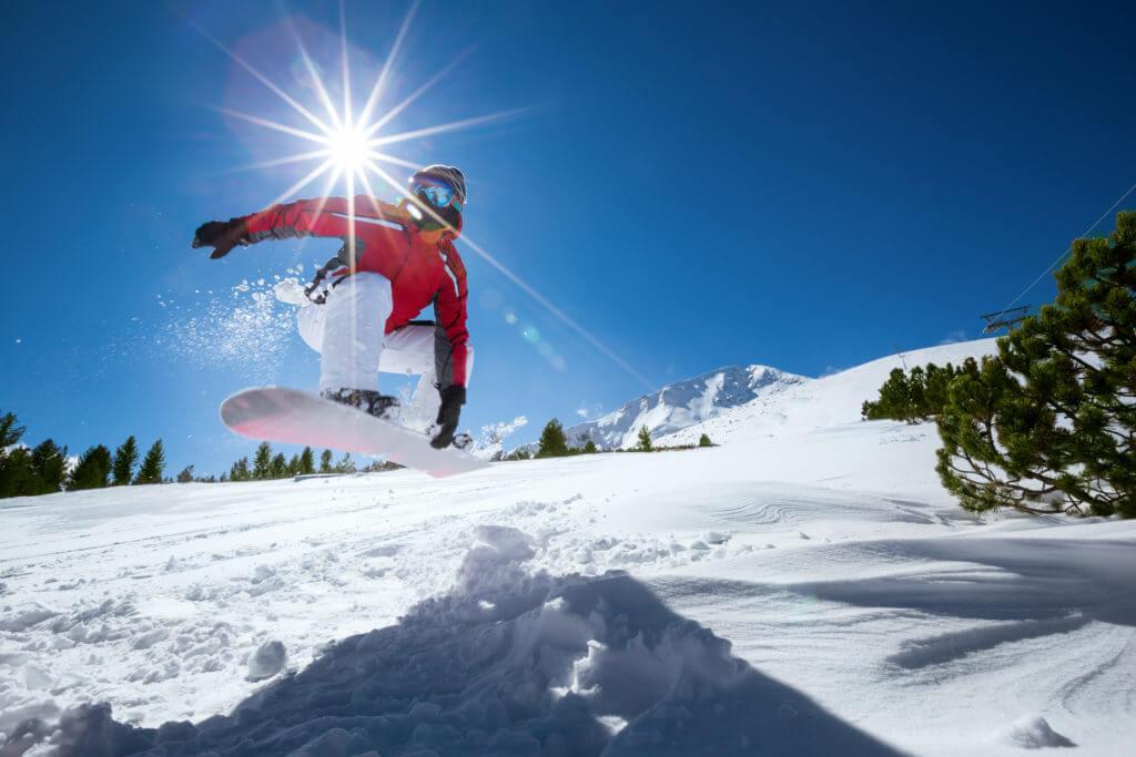 スノーボードをする男性