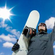 スノーボード板を持つ男性