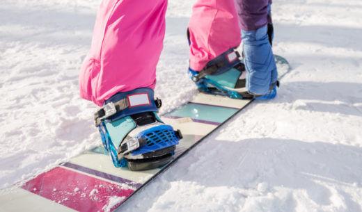 スノーボードに乗る女性