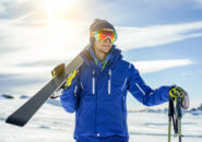 スキー板を持つ男性