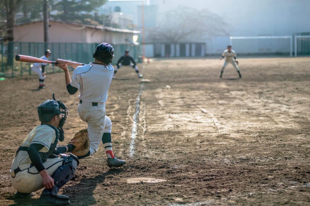 野球をする学生