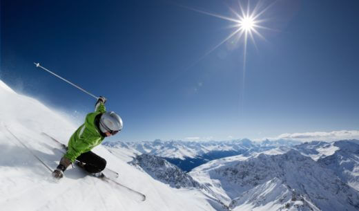炎天下で坂を下るスキーヤー