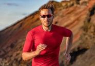 山道を走る男性ランナー