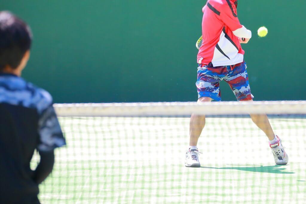 テニスする人たち