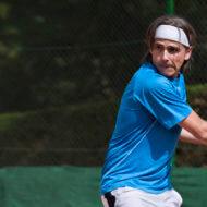 テニスする男性