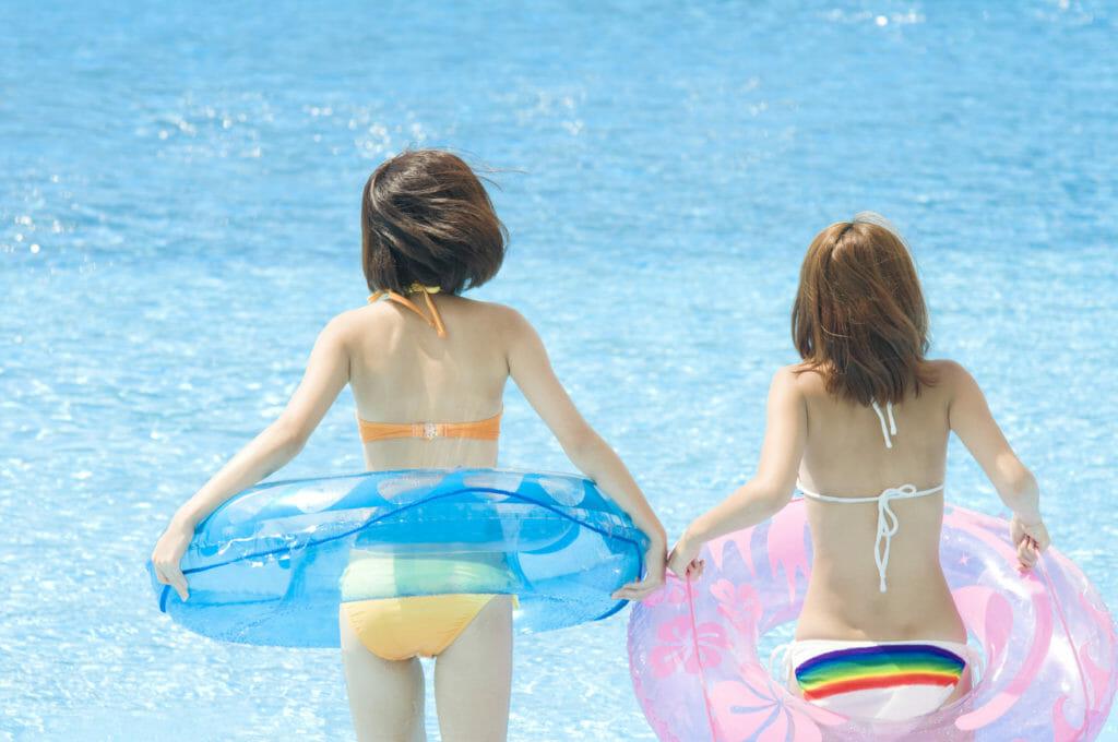 プールを楽しむ水着の女性