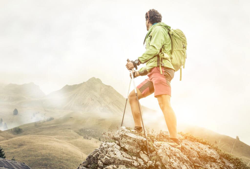 頂上を見上げる登山家