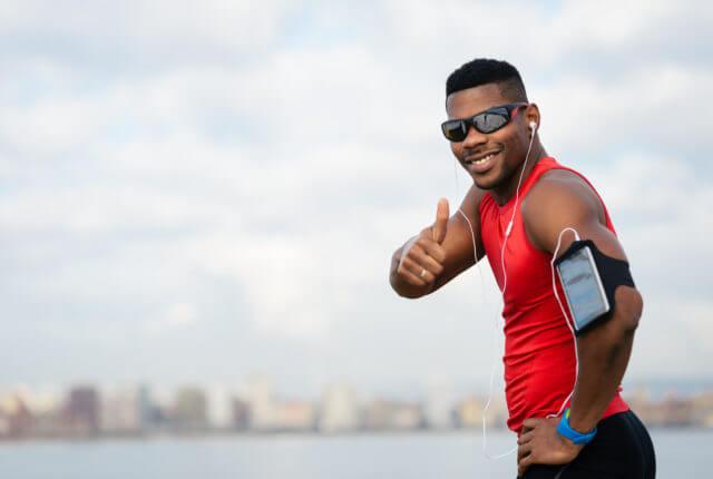 サングラスをした笑顔の男性ランナー