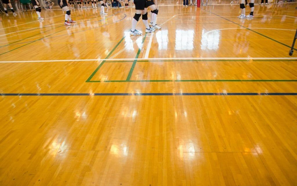 バレーボールの練習をする選手たち
