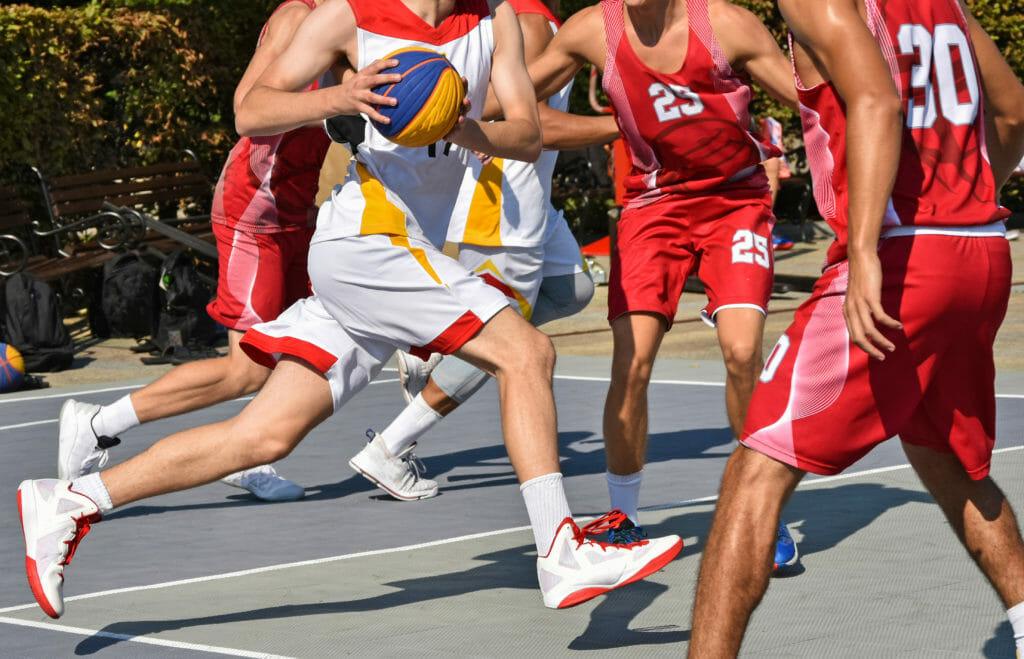 屋外でバスケットボールをプレーする選手たち