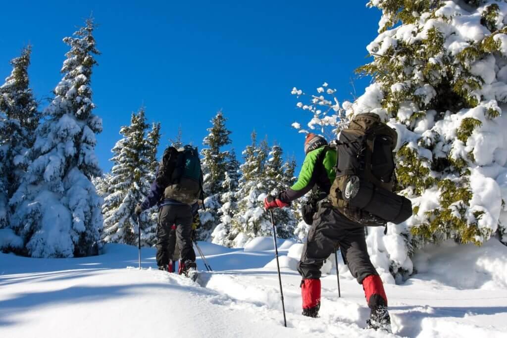 雪山を歩く人たち