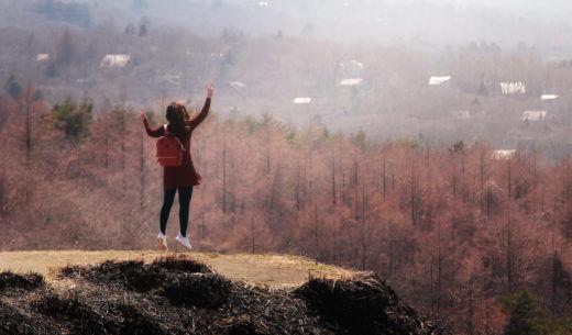 山ではしゃぐ女性