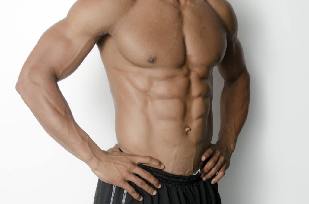 鍛えた体を見せる男性