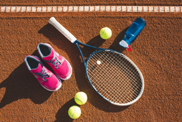 テニスラケットとシューズ