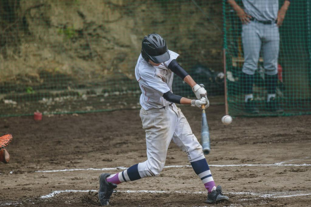 野球する少年