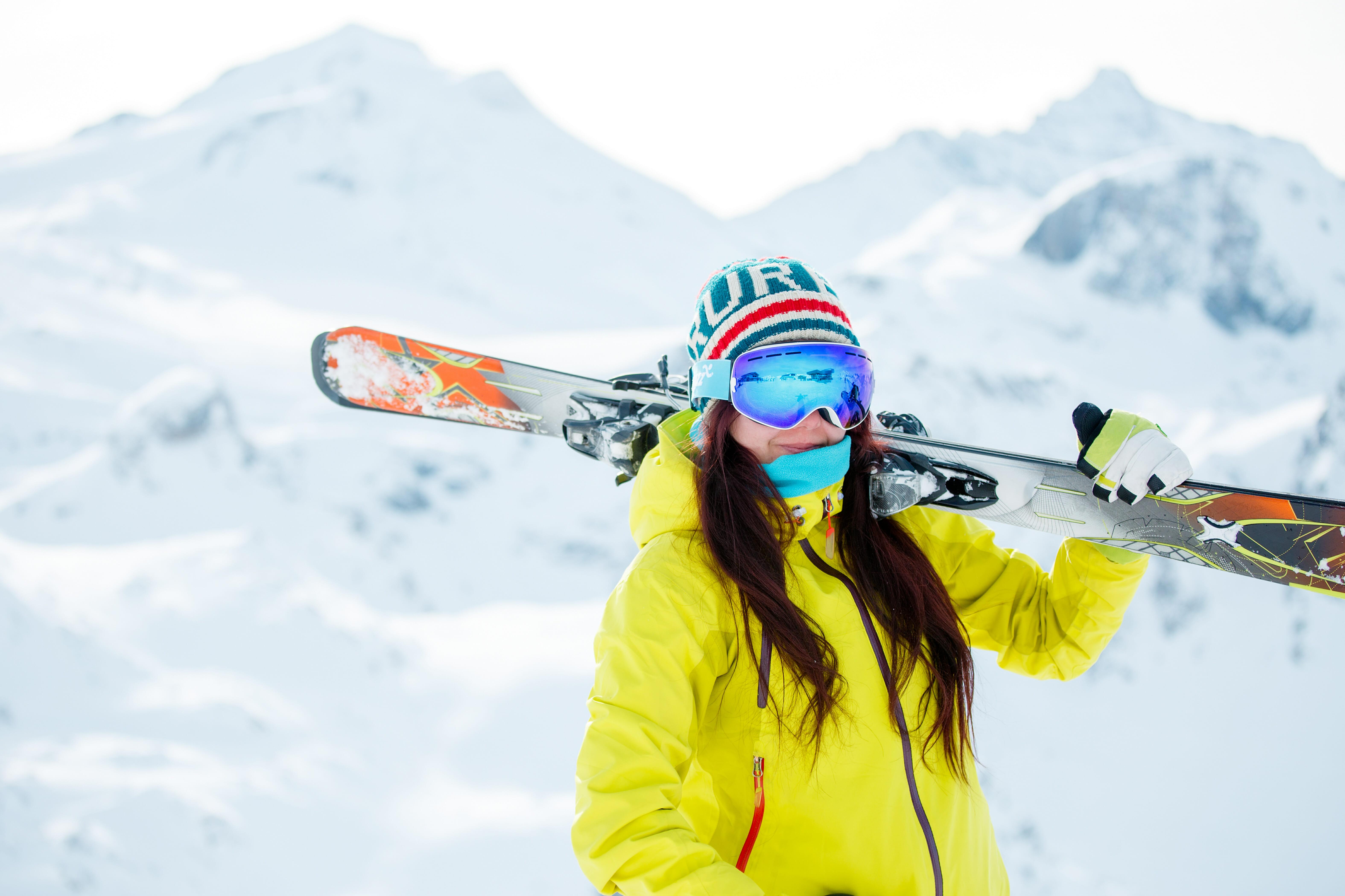 スキー板を持つ女性