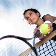 テニスをする女子と空