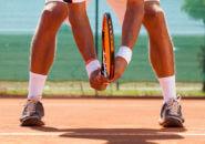 サーブを待っているテニス選手