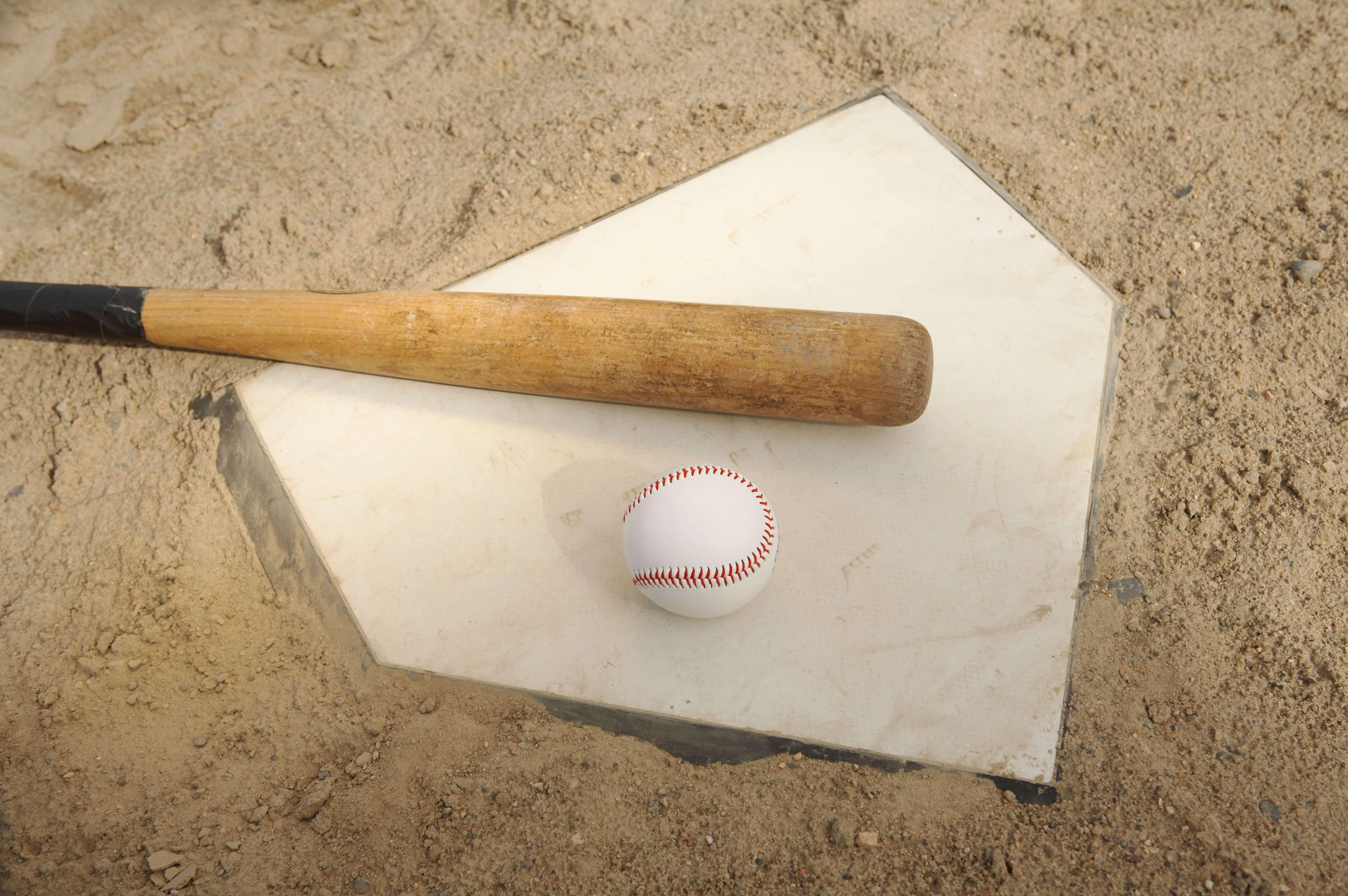 野球ボールとバットとホームベース