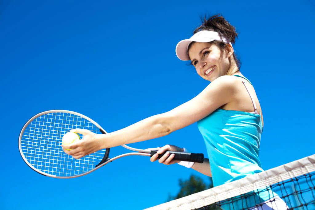 テニスする女性