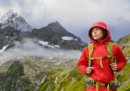 スイスのアルプス山脈を登山する女性
