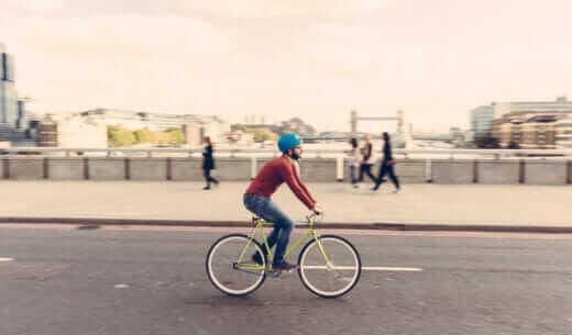 自転車でロンドンブリッジを走る男性
