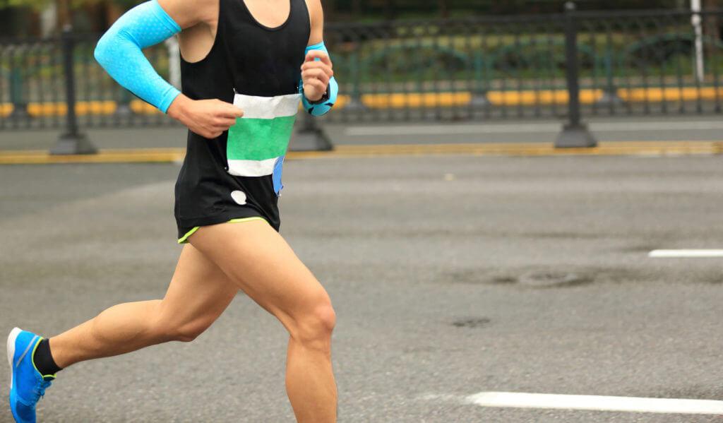 街を走るマラソンランナー