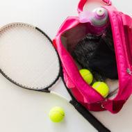 テニス道具と女性用スポーツバッグ