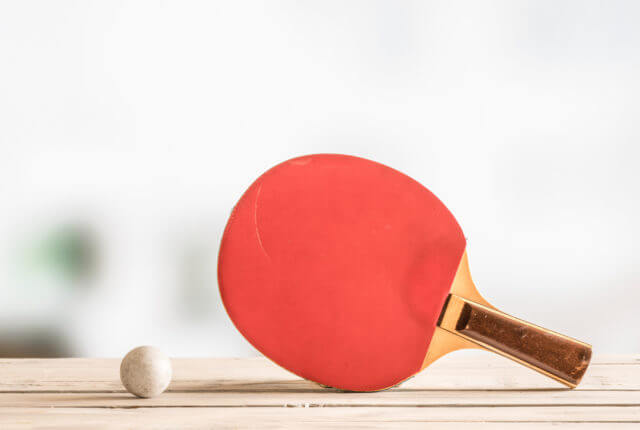 卓球ラケットとボール