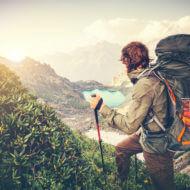 登山する男性
