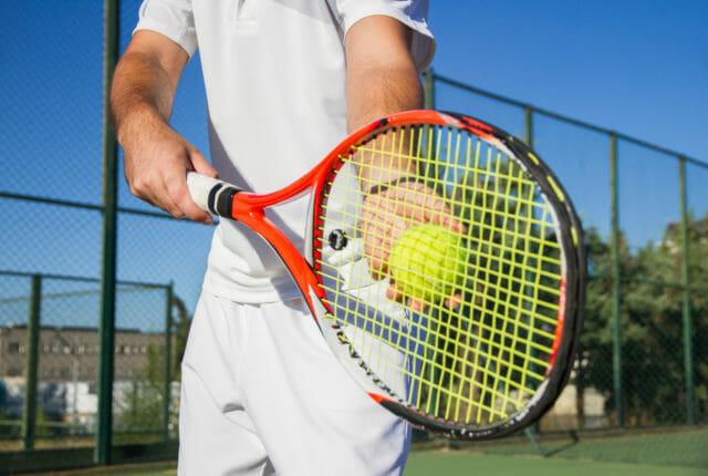 テニスラケットとボール