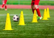サッカーボールとカラーコーン