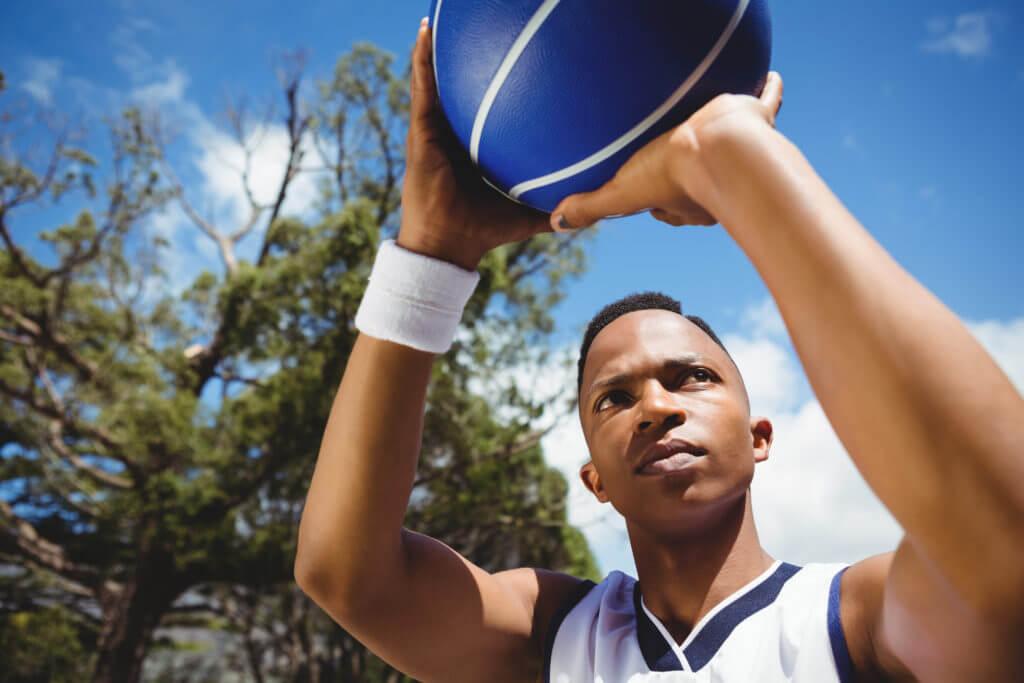 バスケでシュートを打つ男性