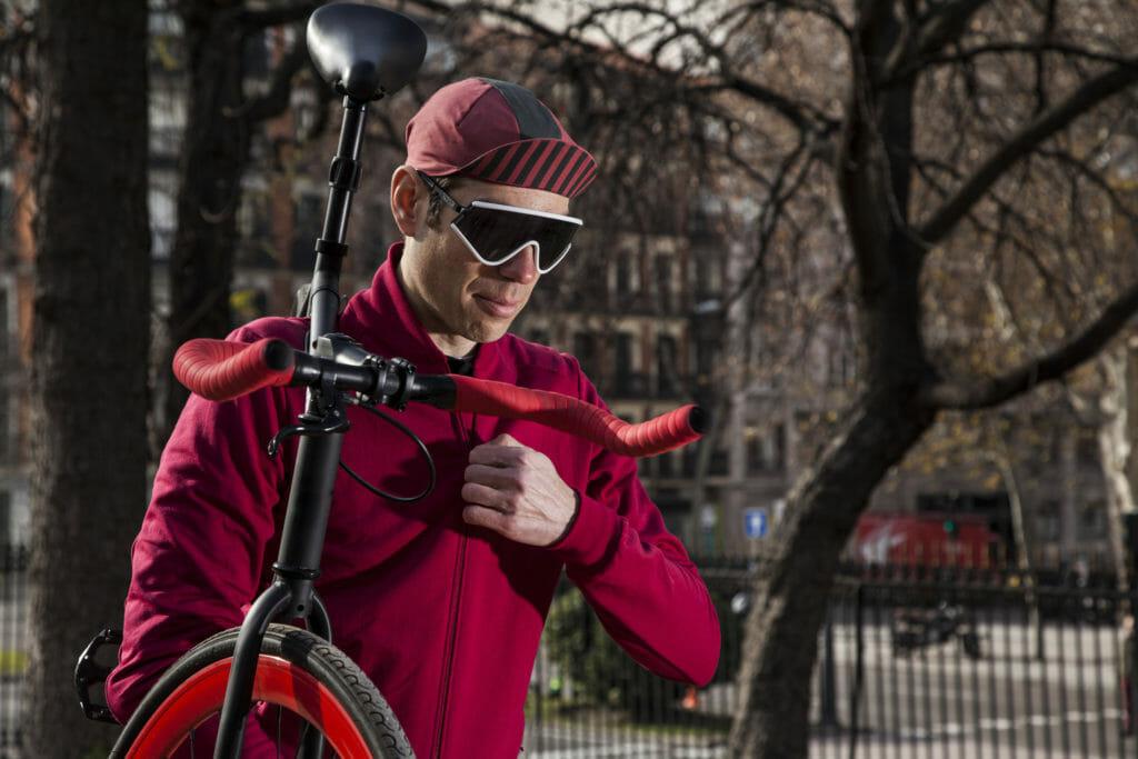 公園で自転車を持つ男性