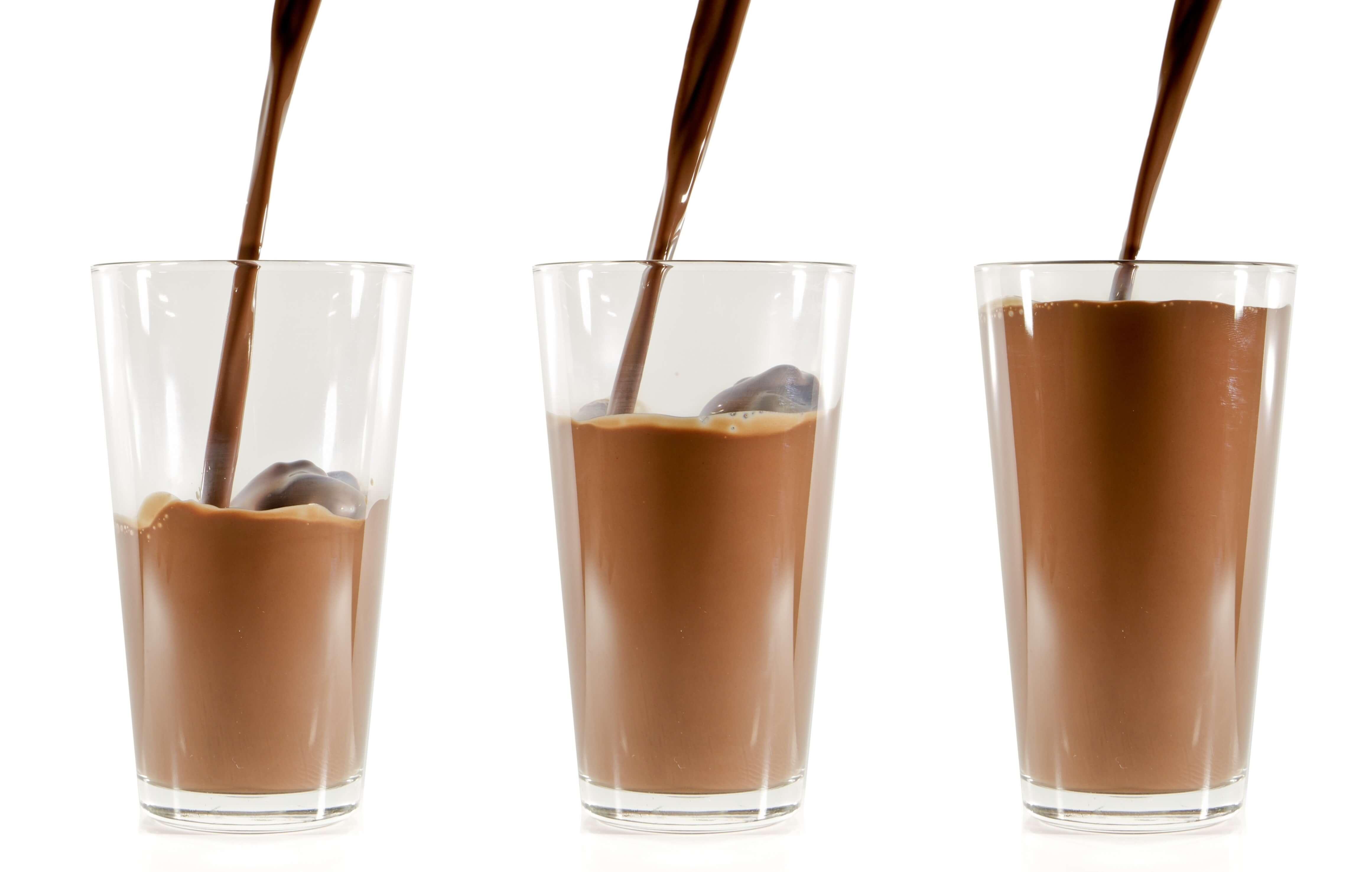 3つのグラス注がれるチョコミルク