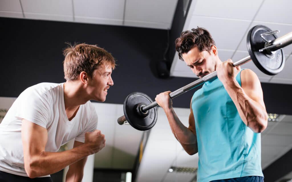 トレーナーが男性を鼓舞している