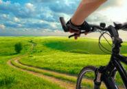 郊外でサイクリングする男性