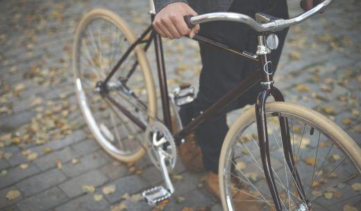 自転車を押す男性