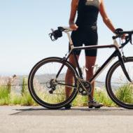 郊外でサイクリングする女性