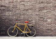 自転車とレンガの壁