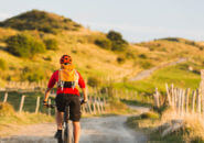 丘に向かってサイクリングする男性