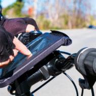 自転車に装着したスマートフォンを操作する