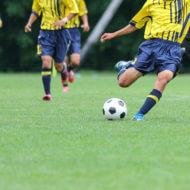 サッカーをする少年たち