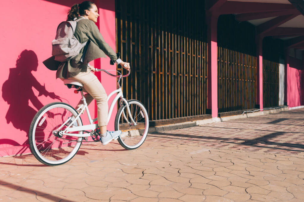 街をサイクリングする女性