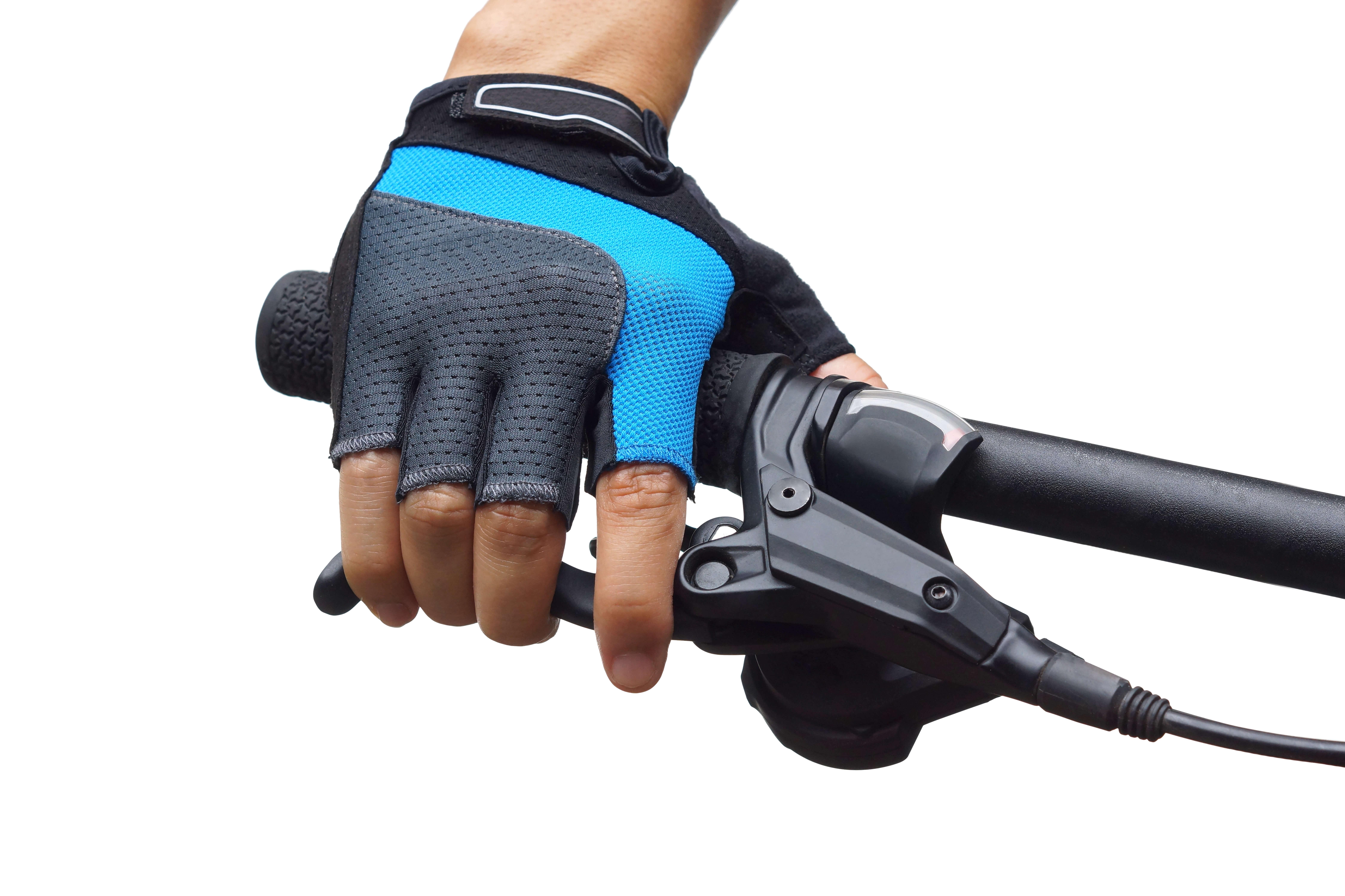 自転車のブレーキを握る手