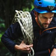 登山用ロープをもつ男性