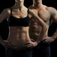 ジムで鍛えた体をみせる女性と男性
