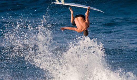 サーフィンする男性